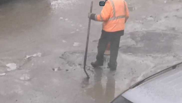 В Брянске сняли видео укладки асфальта в лужи