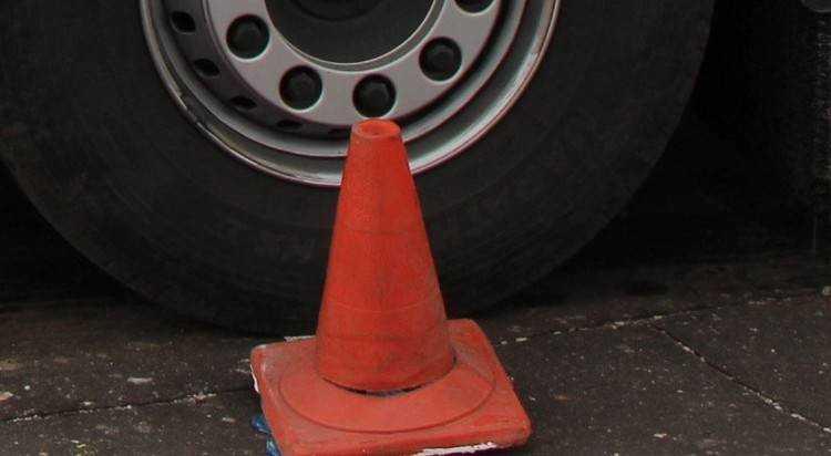 Под Брянском Audi врезался в стоявший Renault и покалечил водителя