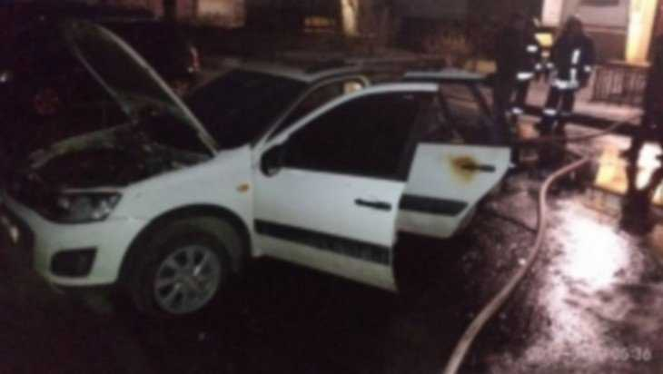 В Брянске утром на улице Камозина загорелся автомобиль