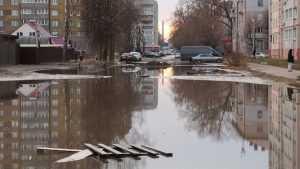 Улица Медведева в Брянске превратилась в мутное озеро