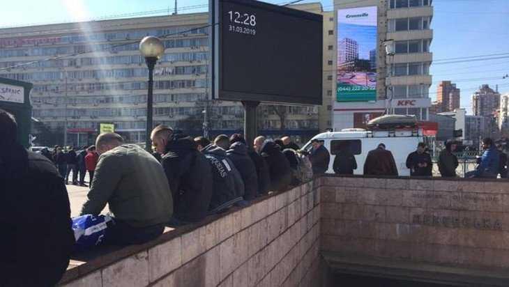 К зданию ЦИК Украины начали стягиваться крепкие молодчики