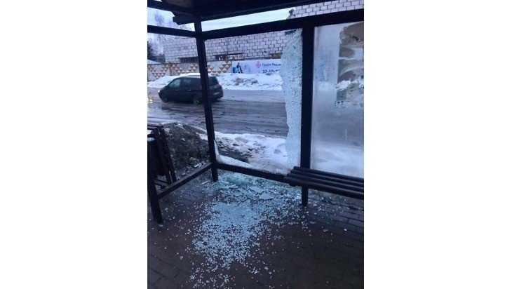 В Брянске вандалы разгромили остановку возле автошколы ДОСААФ