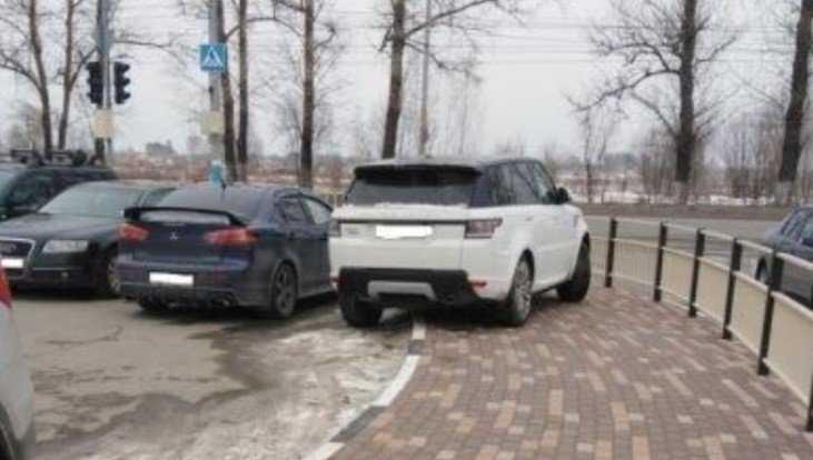 В Брянске водителя Land Rover с номером 001 настигла расплата
