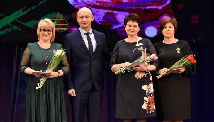 В Брянске с праздником 8 Марта поздравили женщин-педагогов