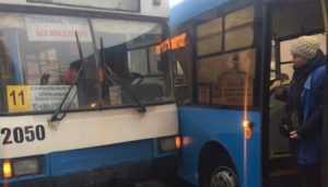 В Брянске столкнулись на остановке автобус и троллейбус
