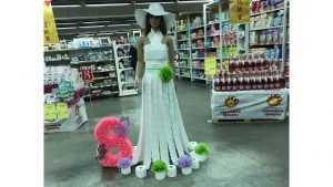 Брянских женщин поздравил манекен в платье из туалетной бумаги