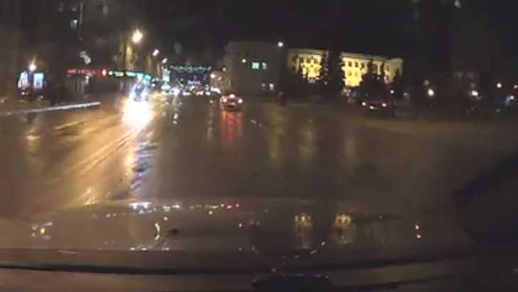 В Брянске сняли видео опасного проезда автомобиля у памятника Ленину
