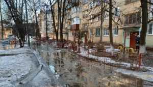 В Брянске из-за прорыва трубы затопило дом и двор на улице Белорусской