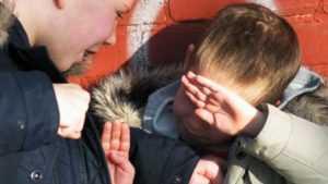 В Брянске на школьника напали подростки с палкой и ножницами