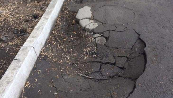 После потопа в Фокинском районе Брянска возле люков возникли провалы