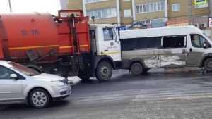 В Брянске на улице Романа Брянского мусоровоз врезался в маршрутку