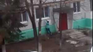 В Брянске сняли видео странных манипуляций девушки