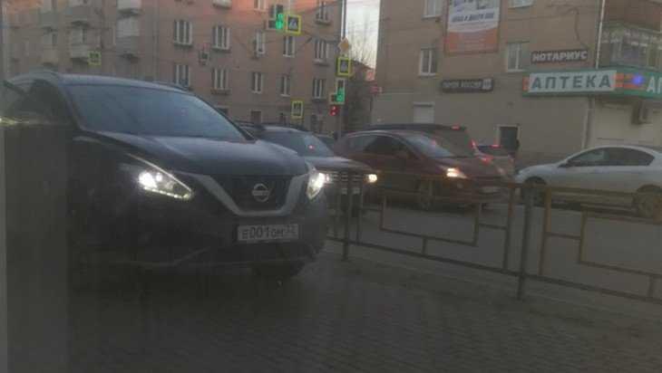 Брянцев возмутил ставший на тротуаре водитель автомобиля с номером 001