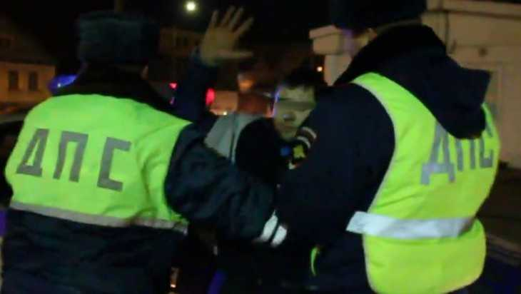 На трассе под Брянском пьяный пешеход напал на сотрудников ГИБДД