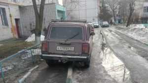 В Брянске благородные автомобилисты заняли весь тротуар