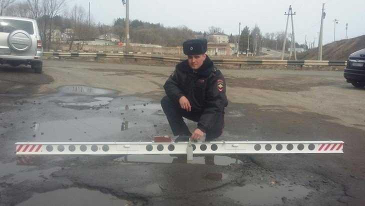 В Брянской области сотрудники ГИБДД стали измерять ямы на дорогах