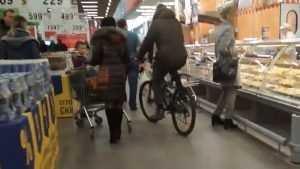 В брянской «Ленте» шальной велосипедист напугал покупателей