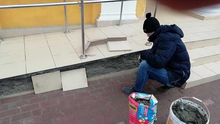 У входа в Брянский театр кукол подрядчик заменил облицовочную плитку