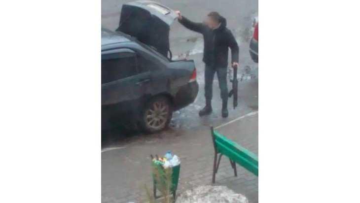 Жительница Брянска сообщила о выгрузке оружия возле подъезда дома