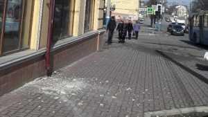 В Брянске упавшая штукатурка едва не покалечила женщину с ребенком