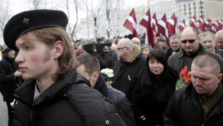 Озверевшая от русофобии женщина избила водителя в Латвии