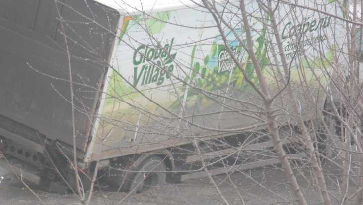 В Брянске возле магазина грузовик ушёл под землю