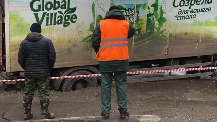 В Брянске уже второй грузовик провалился в яму возле «Пятёрочки»