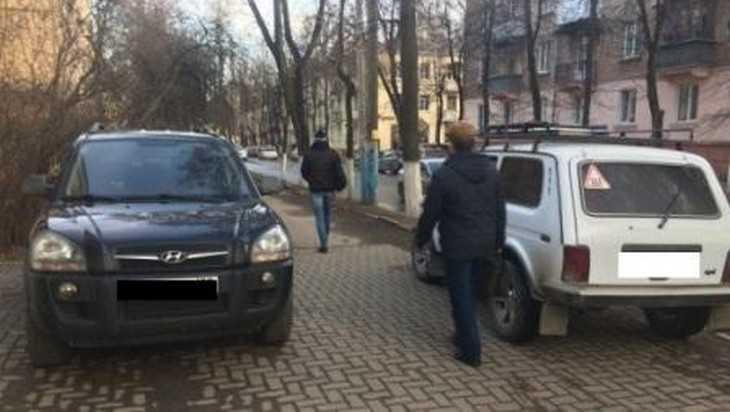 В Брянске водителя Hyundai оштрафовали за стоянку на тротуаре