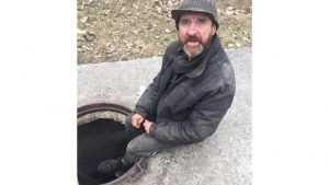 В Бежице в люке поселился бездомный мужчина