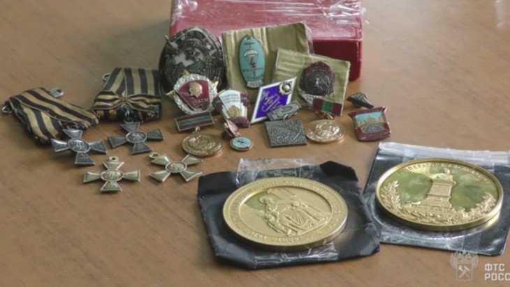 Брянские таможенники нашли в купе вагона тайник с золотыми наградами