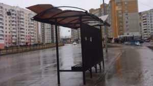 В Брянске на улице Романа Брянского сильный ветер снёс крышу остановки