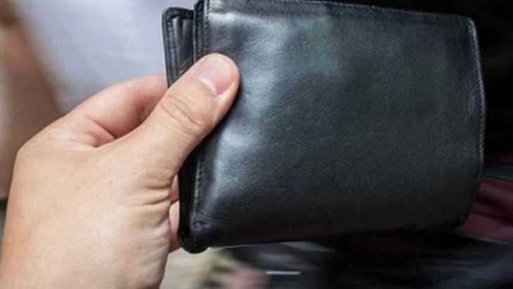 В Комаричах рецидивист попался на краже кошелька в магазине