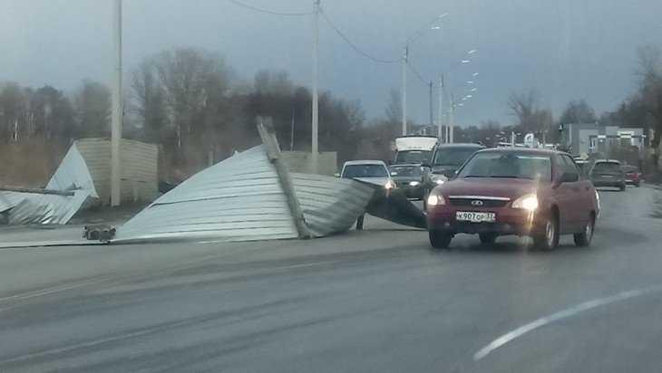 В Брянске сильный ветер снес забор на Флотской улице