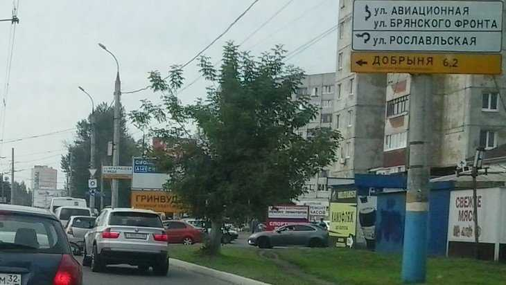 В Брянске пожаловались на замаскированную под дорожные знаки рекламу