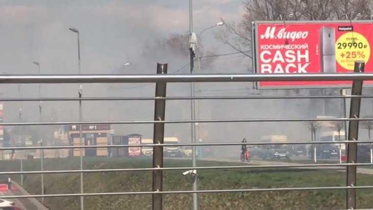 В Брянске ТРЦ «Аэропарк» из-за горящей травы заволокло дымом