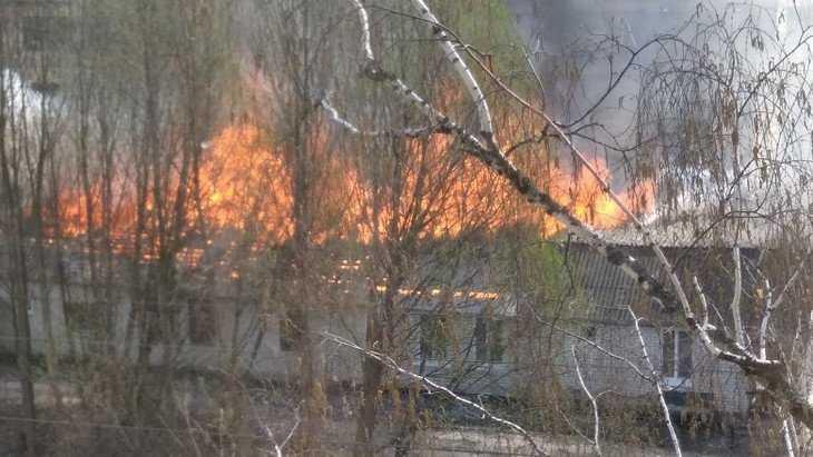 В Брянске на улице Свободы огонь уничтожил заводской барак
