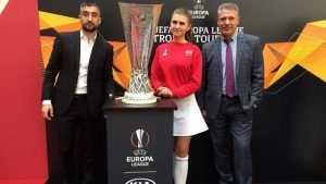 Модель из Брянска Анастасия Кравчук с кубком УЕФА отправилась в Баку