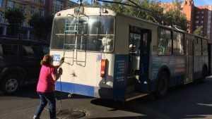 В Брянске «Тойота» сбила работавшую возле троллейбуса водительницу