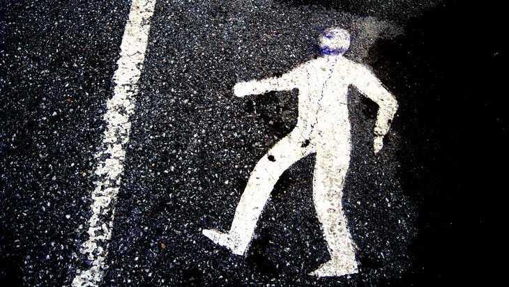 В Брянске автомобиль сбил 21-летнего парня и скрылся