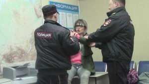 В Злынке молодую мать осудят за брань в адрес полицейских