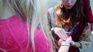 В Брянске загипнотизированная студентка отдала незнакомке золото и деньги