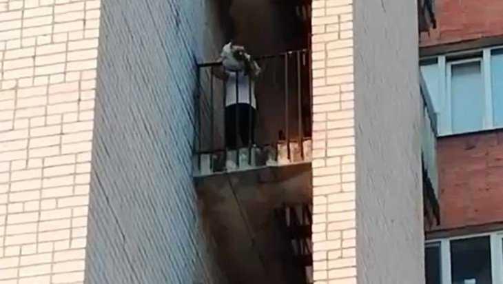 Брянцев возмутил подросток, выкинувший мусор с балкона общежития