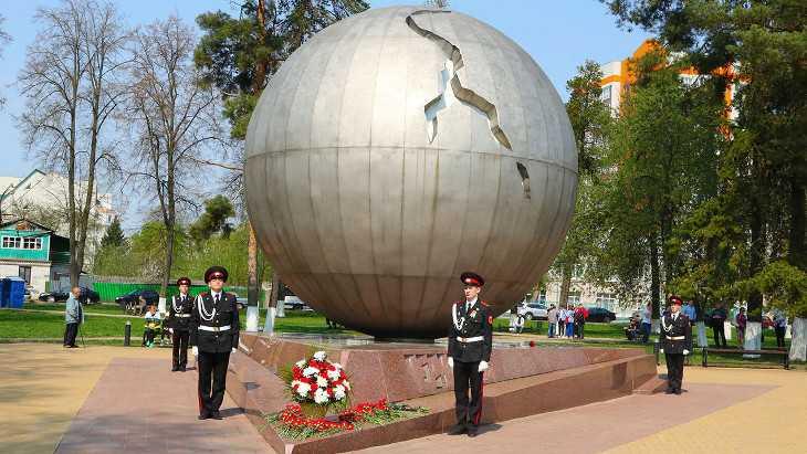 В Брянске в память о Чернобыле запустили в небо белые шары-птицы
