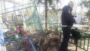 В Унече смотрителя кладбища обвинили в разрушении ограды и лавочки