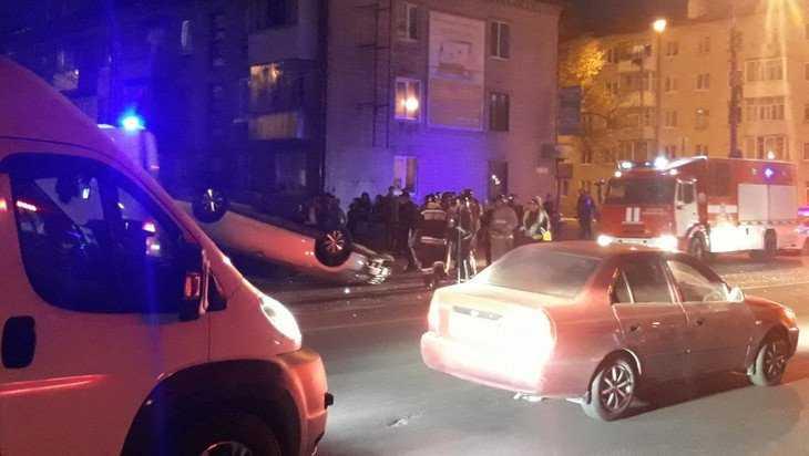 В Брянске на Новостройке перевернулась иномарка – есть пострадавшие