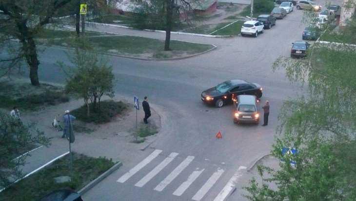 В Брянске на улице Менжинского на перекрестке столкнулись автомобили