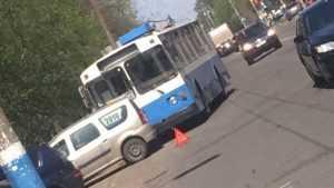 В Бежице троллейбус врезался в легковой автомобиль