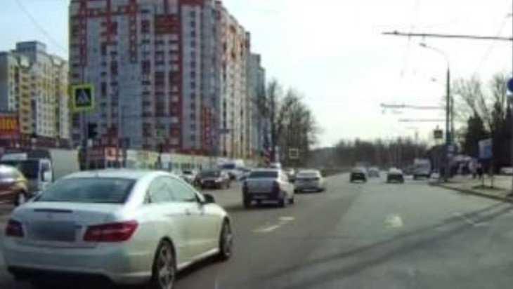 В Брянске водителя Mercedes наказали по видео за проезд на «красный»