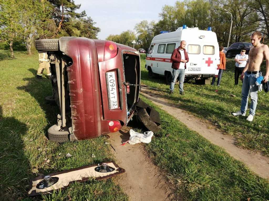 Под Брянском 29-летний водитель перевернулся и сломал себе рёбра