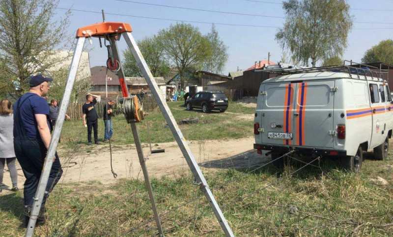 В Брянске сотрудники МЧС спасли провалившегося в колодец теленка